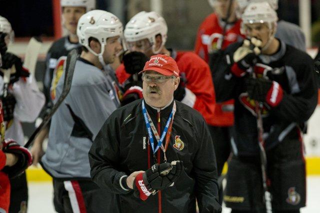 L'entraîneur des Sénateurs, Paul MacLean, rappelle à tout... (Photo David Boily, La Presse)