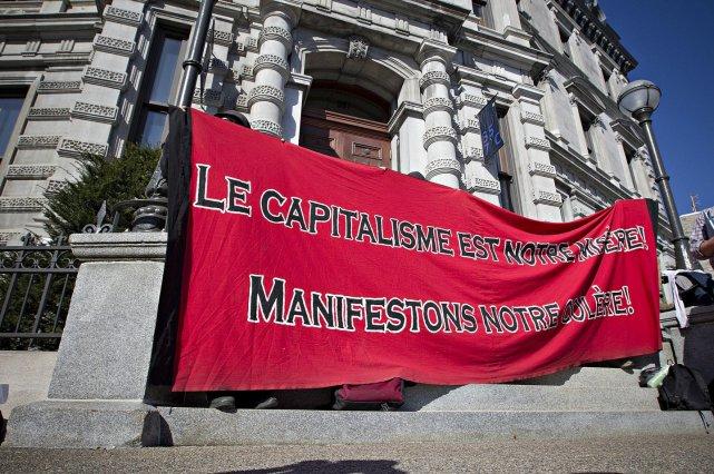 Une banderole de la Coalition des luttes anticapitalistes... (Photo Patrick Sanfaçon, La Presse)