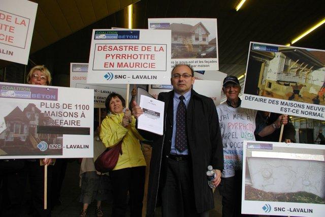 Les victimes de la pyrrhotite ont manifesté devant... (Photo: Vincent Gauthier)