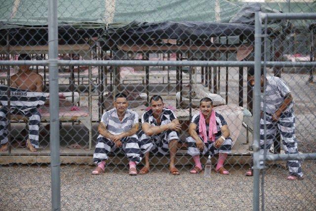 Les détenus de laTent City Jail, à Phoenix... (PHOTO JOSHUA LOTT, ARCHIVES REUTERS)