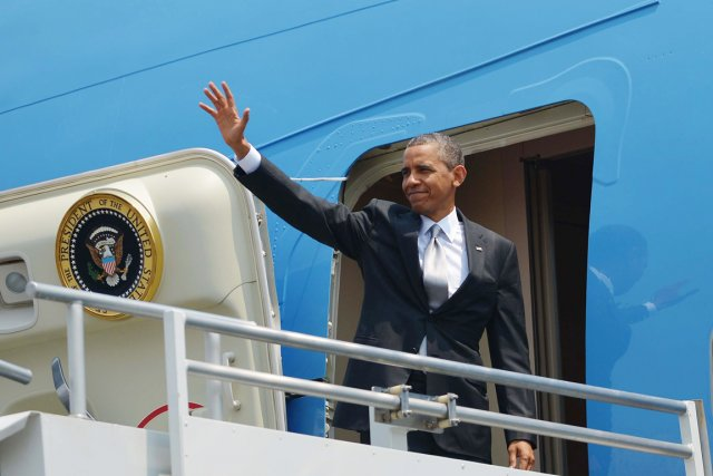 Barack Obama monte à bord de l'avion présidentiel... (PHOTO MANDEL NGAN, AFP)