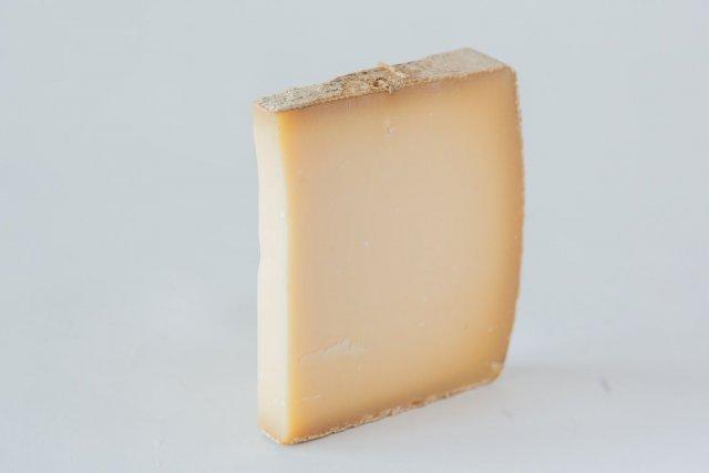Il ne faut pas se fier à son apparence un peu banale: l'Etivaz est un fromage... (PHOTO ÉDOUARD PLANTE-FRÉCHETTE, LA PRESSE)