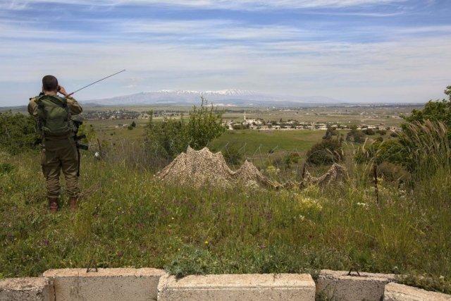 Un soldat israélien observe au loin un village... (Photo Sebastian Scheiner, Associated Press)