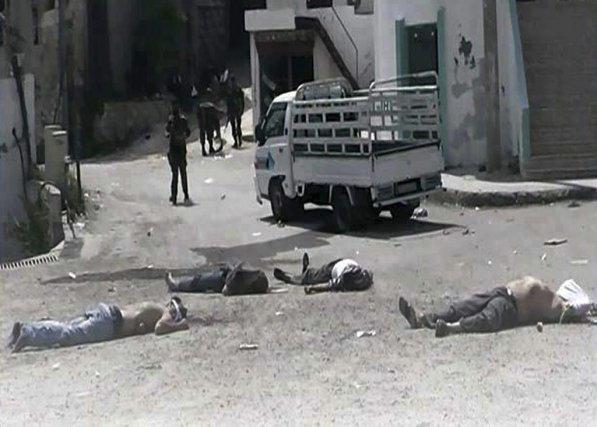 «Des dizaines de corps d'habitants tués vendredi lors... (Photo AP)