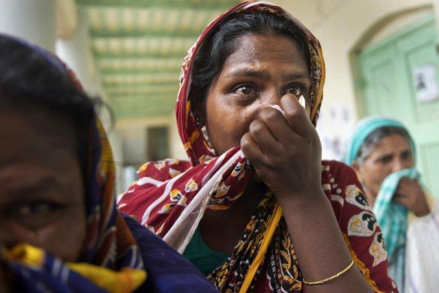 Des femmes pleurent leurs proches décédés dans l'effondrement... (Photo: AP)