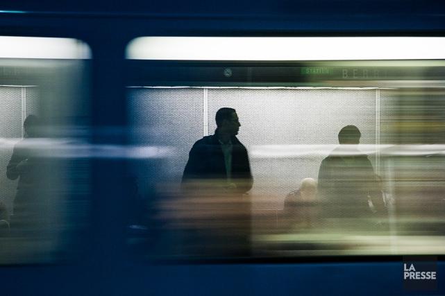 Des usagers du transport en commun attendent le... (Photo: Édouard Plante-Fréchette, archives La Presse)