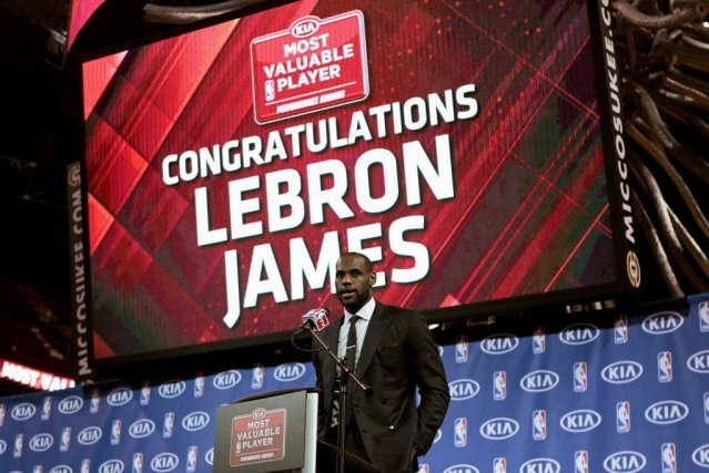 LeBron James a reçu son trophée dimanche, à... (PHOTO JOE SKIPPER, REUTERS)