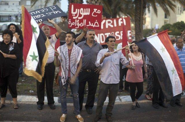 Des Israéliens ont protesté contre les frappes en... (PHOTO AHMAD GHARABLI, AFP)