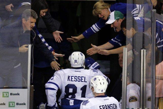 Des partisans des Maple Leafs félicitent les joueurs... (PHOTO BRIAN SNYDER.)