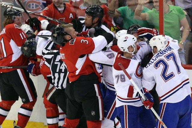 Les joueurs du Canadien et des Sénateurs échangent... (PHOTO FRED CHARTRAND, PC)