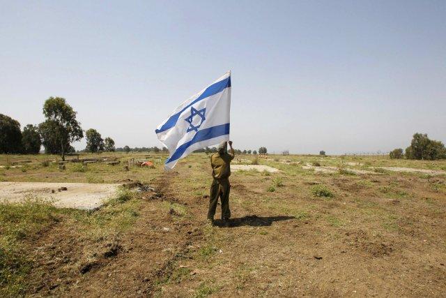Un soldat de Tsahal plante un drapeau israélien... (PHOTO BAZ RATNER, REUTERS)