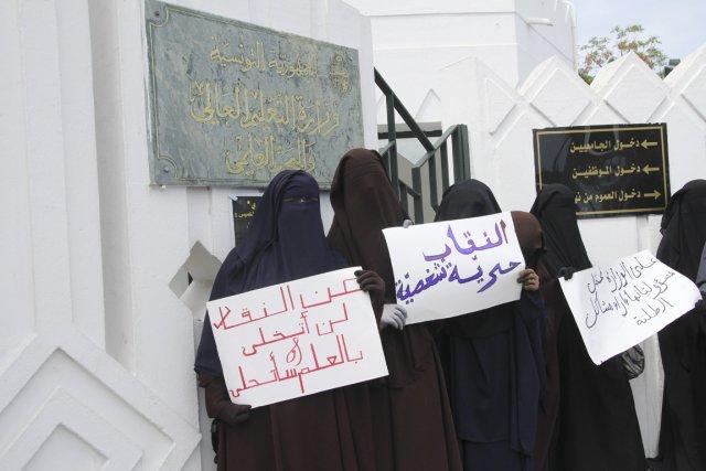 Des étudiantes manifestent à Tunis pour avoir le... (PHOTO WASSIM BEN RHOUMA, LA PRESSE)
