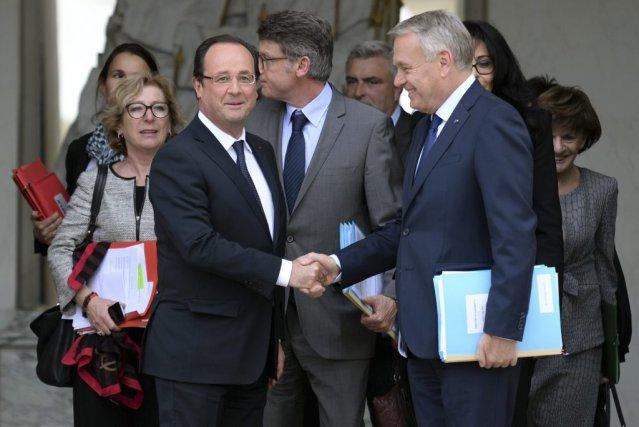 François Hollande serre la main de son premier... (MARTIN BUREAU)