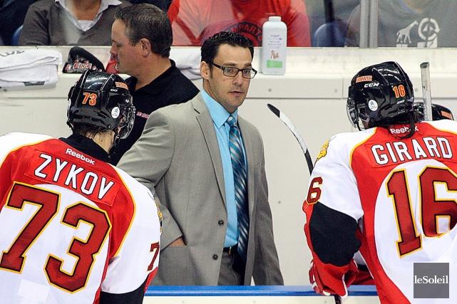 L'entraîneur-chef Éric Veilleux, entouré de Valentin Zykov et... (Photothèque Le Soleil, Pascal Ratthé)