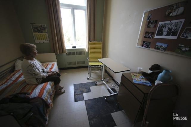 Annette Levasseur dans la chambre de son mari... (Photo Martin Chamberland, La Presse)