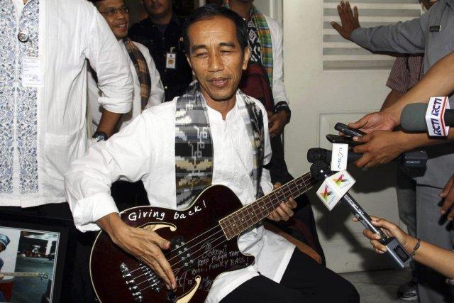 Joko Widodo, gouverneur de Jakarta, tient la guitare... (Photo: AFP)