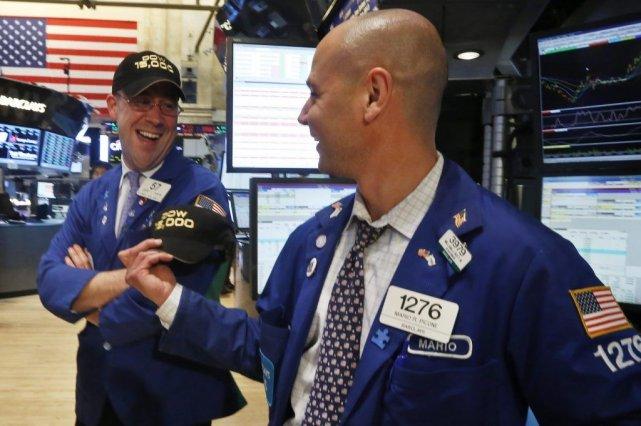 À 15 056,20 en clôture hier, l'indice le... (Photo Reuters)