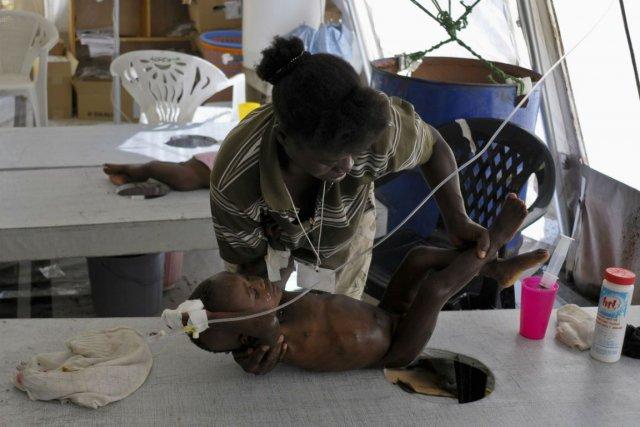 Un enfant atteint du cholera est soigné dans... (Photo Archives Reuters)