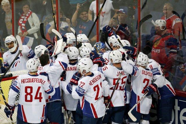 Les joueurs de la France célèbrent après leur... (Photo Grigory Dukor, Reuters)