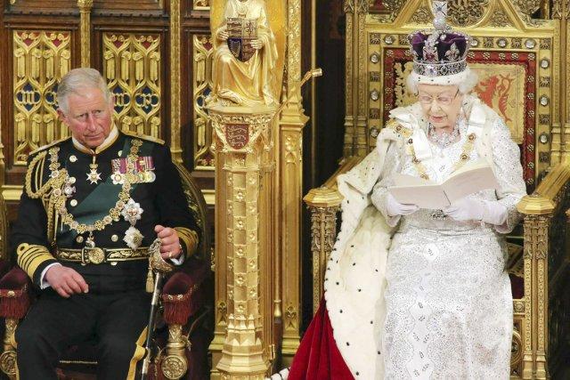 La présence du prince Charles aux côtés d'Élisabeth... (PHOTO JON BOND, REUTERS)