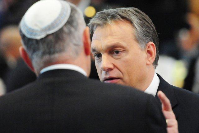 Le premier ministre hongroisViktor Orbán s'entretient avec un... (PHOTO ATTILA KISBENEDEK, AFP)
