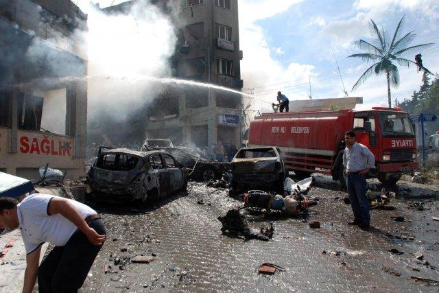 Deux véhicules remplis d'explosifs ont explosé samedi matin... (Photo AP)