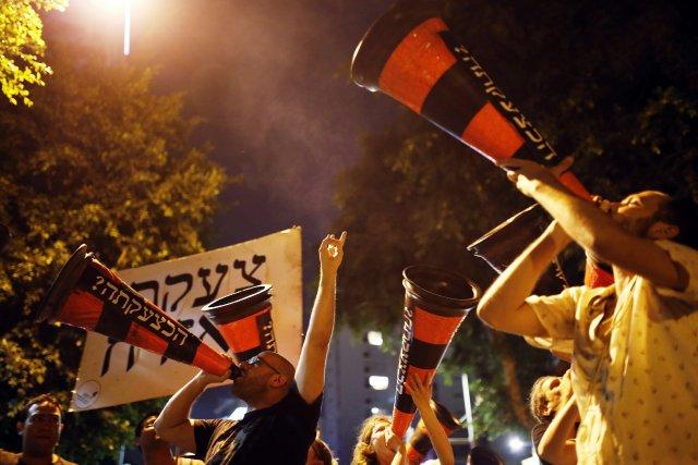 Plusieurs milliers d'Israéliens ont défilé samedi soir à Tel-Aviv et dans... (Photo Amir Cohen, Reuters)