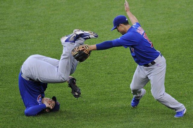 Anthony Rizzo roule sur lui-même après avoir attrapé...