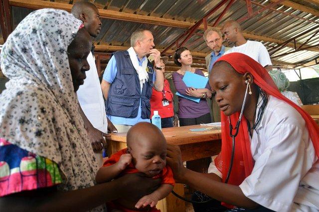 Une infirmière intervient auprès d'un enfant dans un... (Photo: AFP)