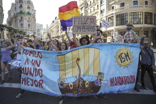 «La lutte continue», «Ensemble, c'est possible», «Ils appellent... (Photo: AFP)