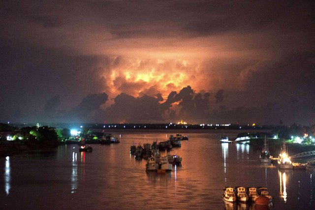 Un orage éclaire le ciel de la Birmanie... (Photo: AFP)