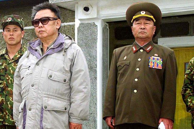 Kim Kyok-sik (à droite), que l'on voit ici... (PHOTO ARCHIVES AP/KCNA)