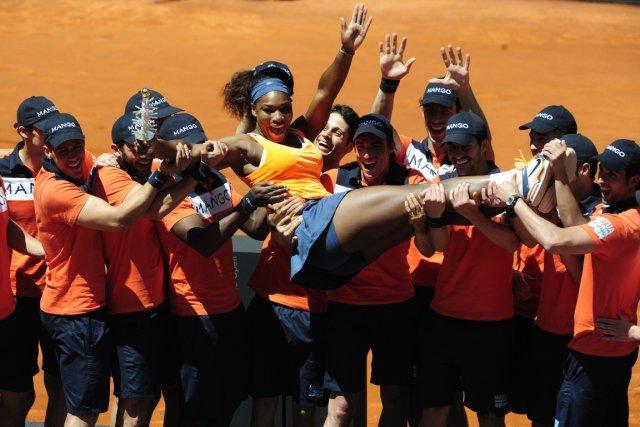 Serena Williams a été portée en triomphe par... (Photo Dominique Faget, AFP)
