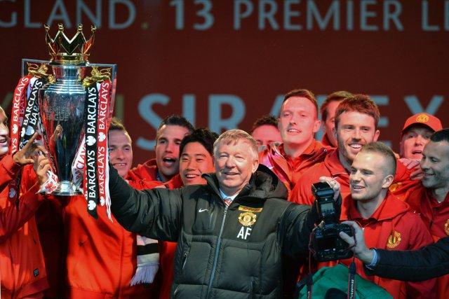 L'entraîneur de Manchester United, Alex Ferguson, montre le... (Photo Andrew Yates, AFP)