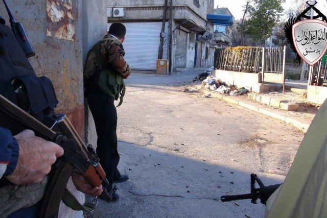 Des rebelles couvrent une zone de combat, dans... (Photo AP)