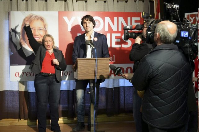La candidate libérale Yvonne Jones et Justin Trudeau... (Photo Jenny McCarthy, PC)