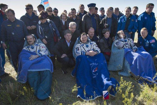 Après leur atterrissage,Chris Hadfield (à gauche) et ses... (Photo: Reuters)