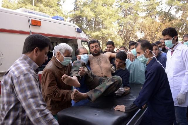 Des résidants d'Alep et des médecins transportent un... (Photo George Ourfalian, archives Reuters)