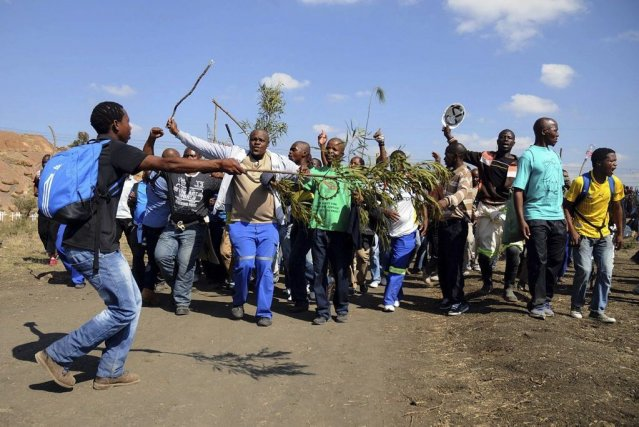 «Nous sommes en train de chanter et de... (Photo Tiro Ramatlhatse, Agence France-Presse)