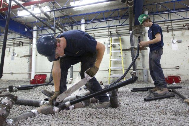 Certains travaux dans des écoles tardent à être... (Photo Robert Skinner, archives La Presse)