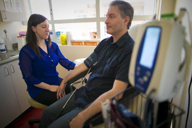 Une infirmière s'occupe d'un patient à la clinique... (Photo André Pichette, La Presse)