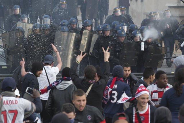 L'émeute qui a éclaté lors du défilé des... (Photo Michel Euler, AP)
