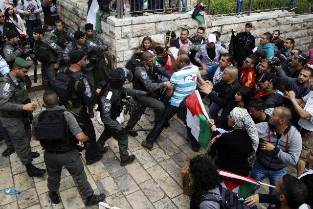 Des Palestitiens sont maîtrisés par les forces de... (Photo Ammar Awad, Reuters)