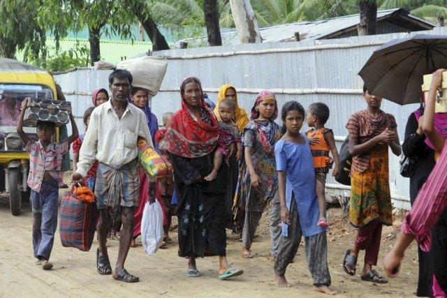 Des habitants de Cox's Bazar se déplacent vers... (PHOTO REUTERS)