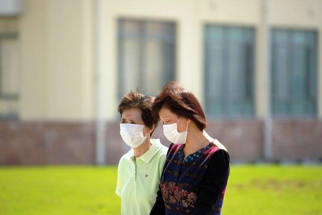 Des proches de Kelly Gu marchent à l'extérieur... (PHOTO PETER PARKS, AFP)
