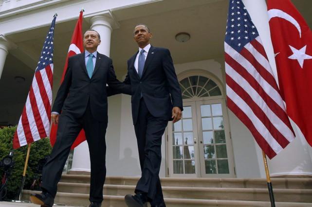 Le président des États-Unis, Barack Obama, à droite,... (PHOTO KEVIN LAMARQUE, ARCHIVES REUTERS)