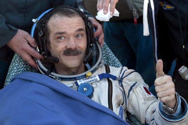 L'astronaute canadien Chris Hadfield montrait déjà jeudi des... (Photo Mikhail Metzel, AP)