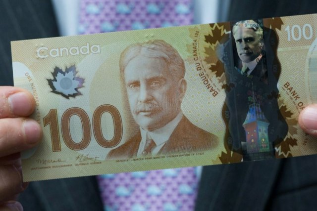 Un billet de 100 $ en polymère.... (Photo Archives La Presse Canadienne)