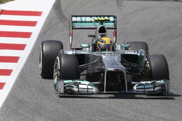 Lewis Hamilton au volant de sa Mercedes au... (Photo Luca Bruno, AP)