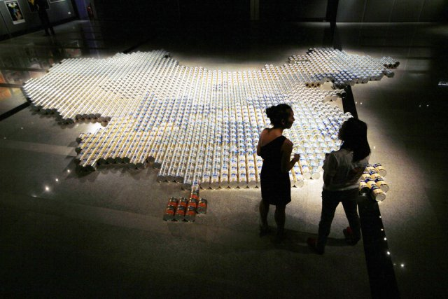 L'installation d'Ai Weiwei intitulée «Baby Formula 2013» (Lait... (PHOTO KIN CHEUNG, AP)